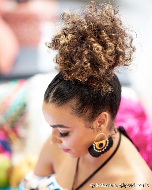 A raiz bem coladinha e o volumão no topo da cabeça formam a dupla perfeita para um coque clássico e estiloso