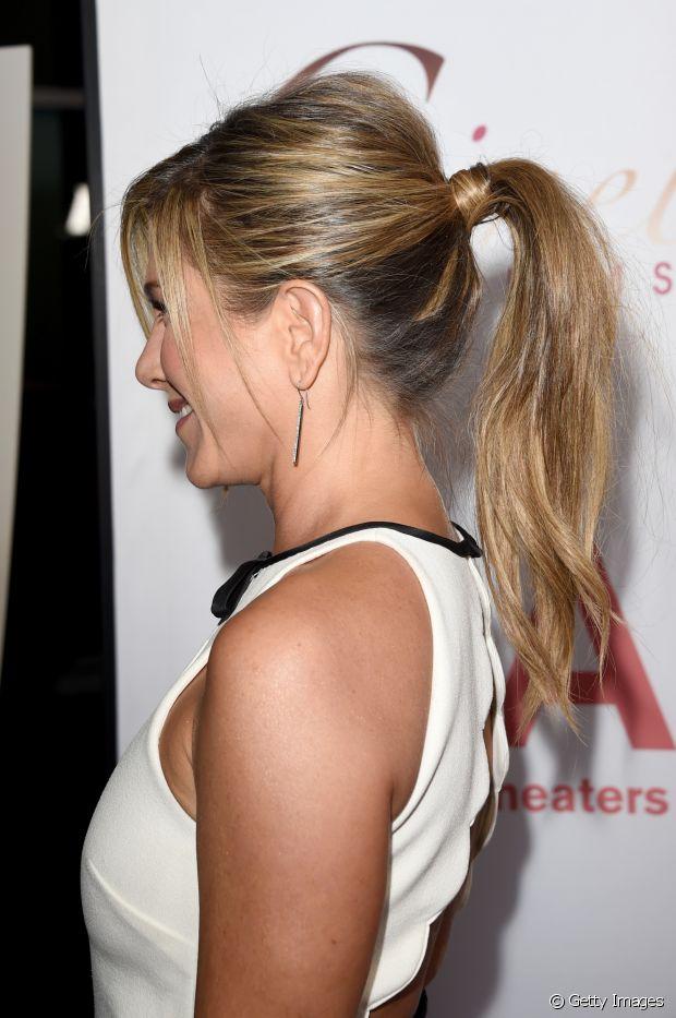 Olha que elegante esse rabo de cavalo com topete da Jennifer Aniston com o cabelo envolvendo o elástico