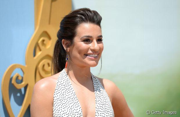 Lea Michele também escolheu o rabo de cavalo com topete para uma premiação