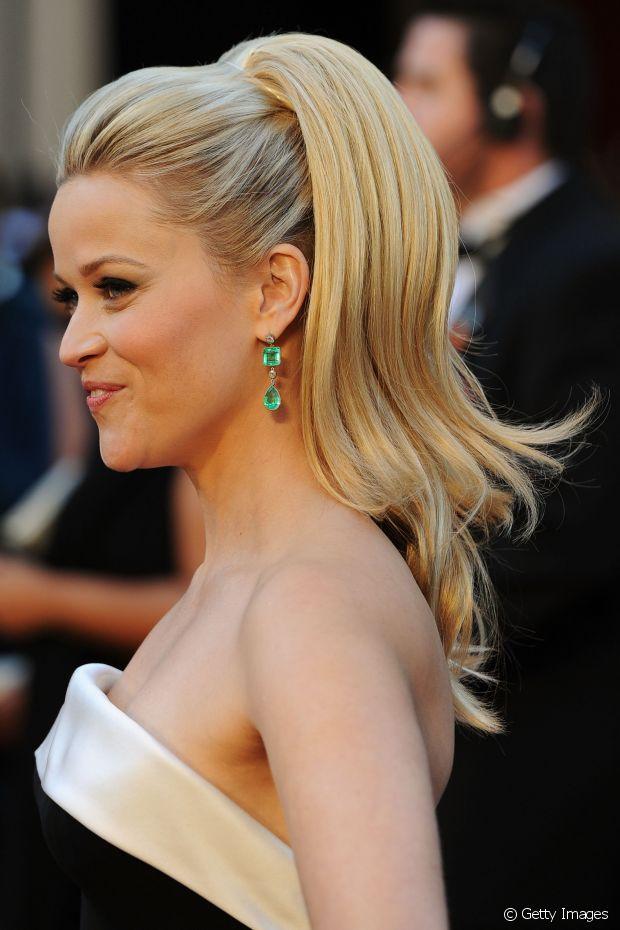 Reese Witherspoon fez um topete mais volumoso em seu rabo de cavalo, além da parte solta dos fios que ganharam referência dos anos 70