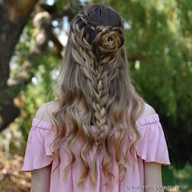 A moda é fazer flores com seu próprio cabelo. Você pode fazer tranças ou coques para usar junto com esse visual