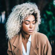 Cuidados depois de descolorir o cabelo cacheado: como acabar com a porosidade dos fios?