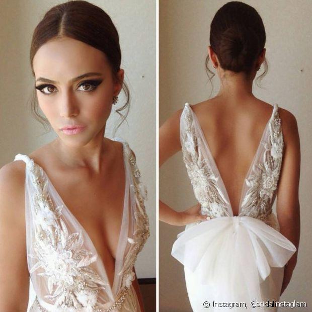 Independentemente do vestido escolhido, o coque é à prova de erros. O estilo é tradicional e sofisticado, além de manter os fios no lugar durante toda a cerimônia