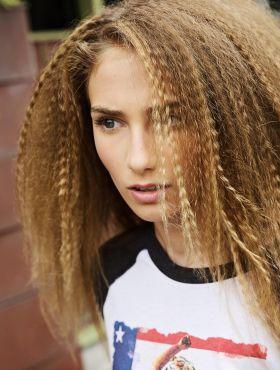 Cabelo frisado: passo a passo de como fazer o penteado estilo retrô