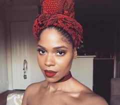 Usar turbantes, lenços, arcos, as famosas box braids é uma ótima saída para variar o look...