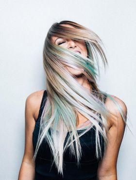 Shampoo roxo tira o verde do cabelo loiro? Descubra se o produto desamarelador funciona nessa situação