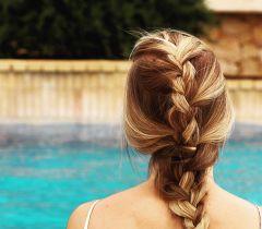 Mas a amior dúvidas das mulheres é se o shampoo desamarelador clareia ou não o efeito esverdeado dos cabelos loiros