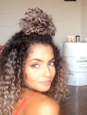 Bruna Ramos ensina 6 penteados fáceis para cabelos cacheados. Assista ao vídeo!