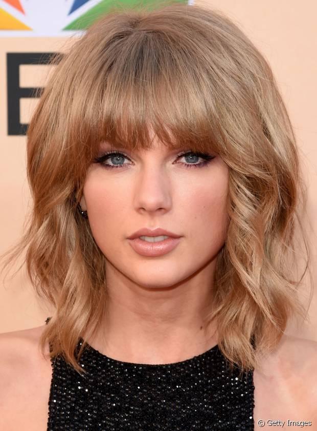 Taylor Swift é uma das famosas que aderiu ao visual de long bob ondulado