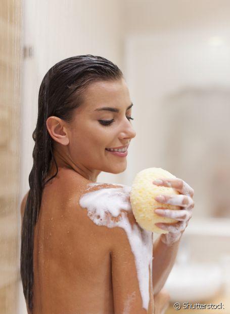Lavar o cabelo durante a menstruação não faz mal e nem provoca hemorragias. Pode ficar tranquila, diva!