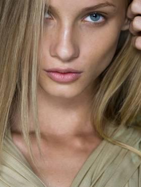 Lateral ou dividido ao meio? Veja como a repartição do seu cabelo influencia no formato do seu rosto