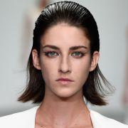 Penteados para cabelo com frizz: saiba em quais estilos apostar para disfarçar os fios arrepiados