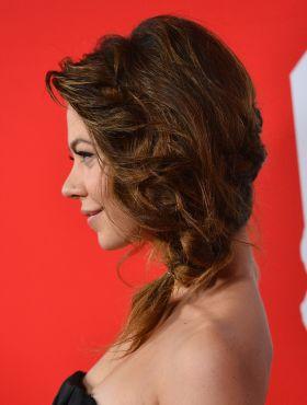 Trança grega lateral: passo a passo do penteado com estilo boêmio que cai bem em todas as ocasiões