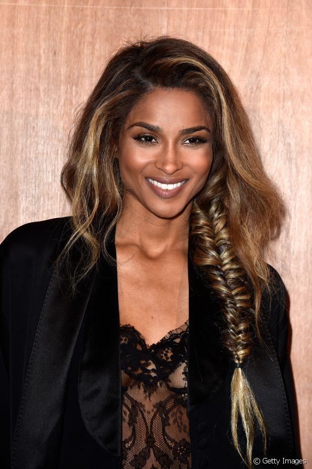 Com estilo boêmio, a trança de ladinho deixa de lado o efeito romântico que é normalmente associado ao penteado clássico e revela uma pegada mais casual