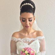 Coque alto para noivas: saiba como usar o penteado no dia do casamento + 10 fotos para inspirar
