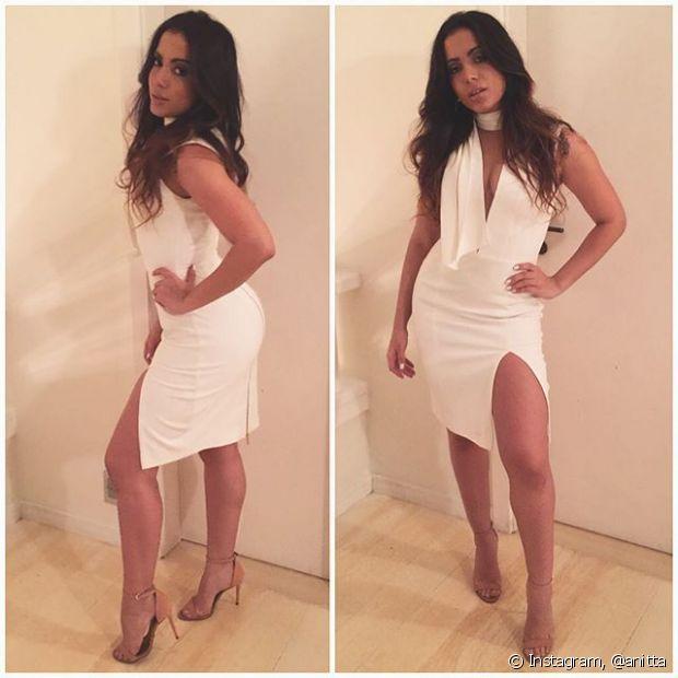 No evento da Niely, Anitta escolheu um vestido branco com um decote generoso