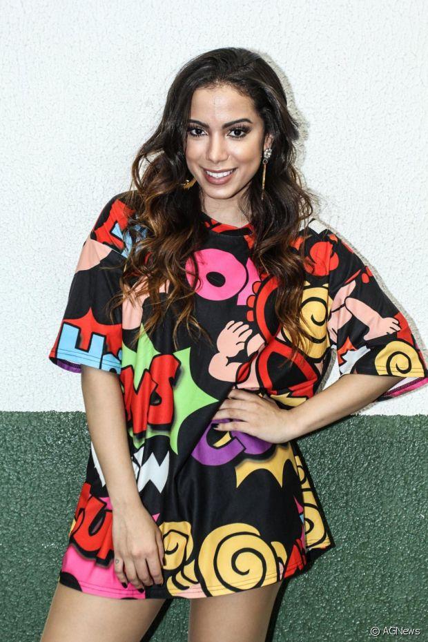 Camisão com estampa coloridos é uma das paixões de Anitta