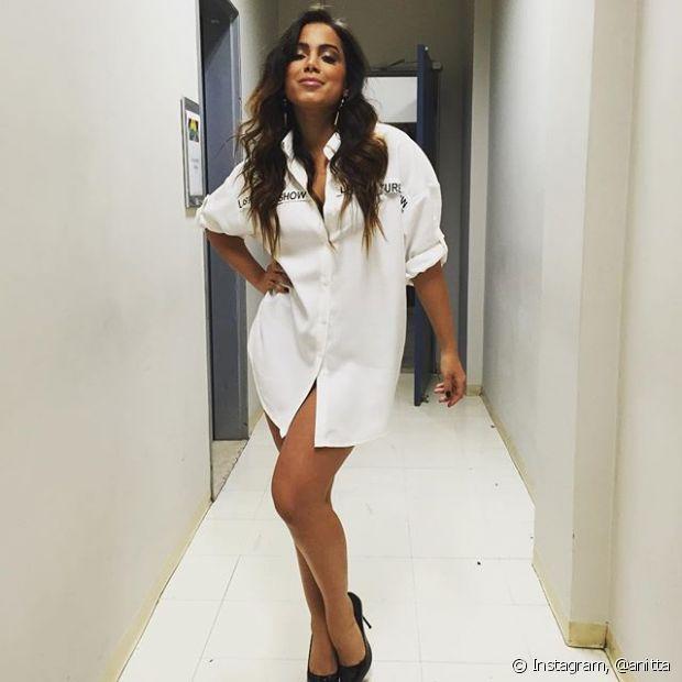 O camisão social ganhou um toque ainda mais fino com o scarpin preto. Anitta sabe se vestir, né?