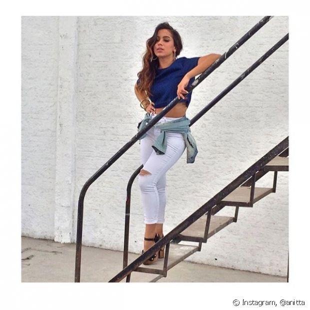 Anitta ama amarrar casacos e blusas na cintura