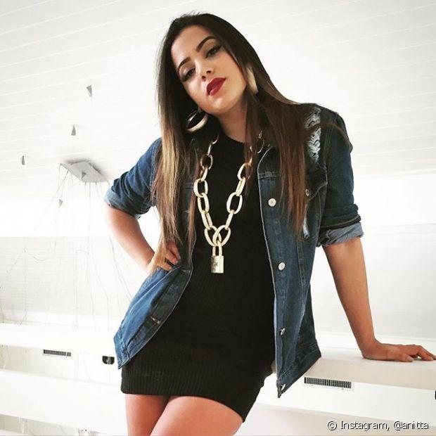 Anitta também abusa de maxiacessórios como cordões e brincos