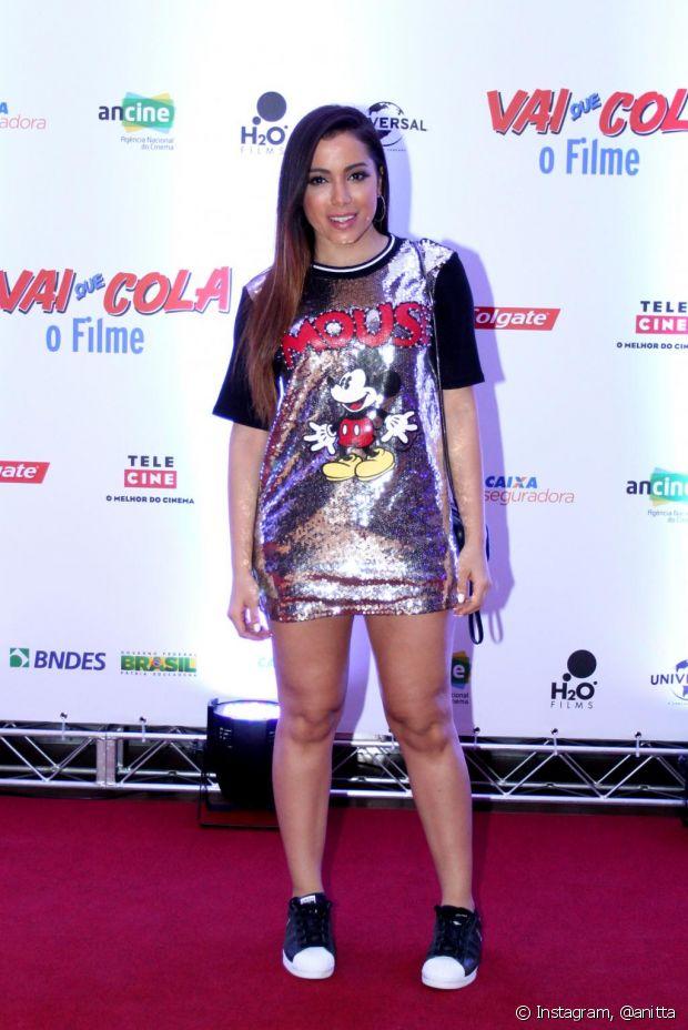Anitta usou um camisão com paetês e um tênis para conferir o lançamento do filme 'Vai que Cola'