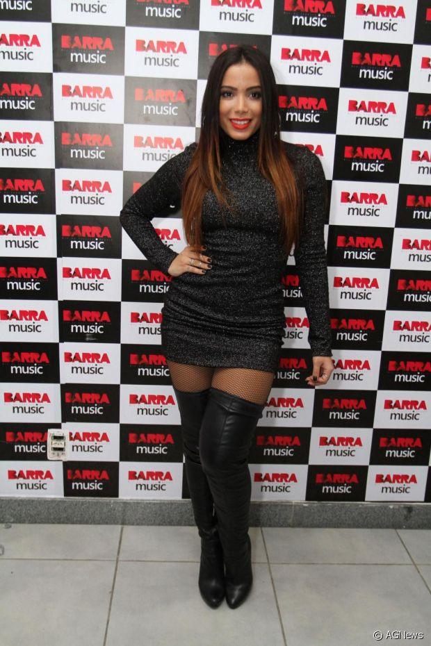Anitta gosta de realçar suas curvas com vestidos justos