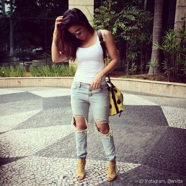 Anitta também aposta em looks com calça jeans e regata básica