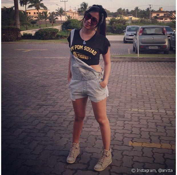 Anitta posa com jardineira e cropped top