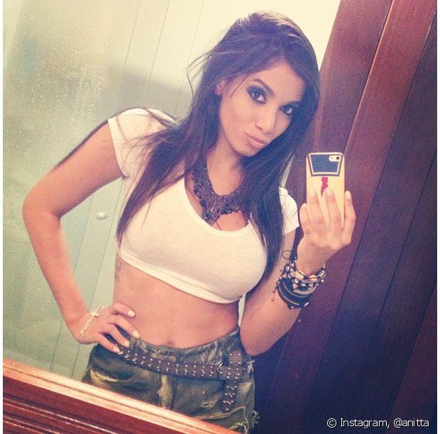 Anitta gosta de tirar selfies para mostrar seu look