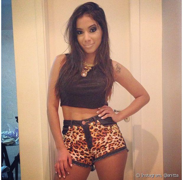 Anitta usa short em animal print e cropped top preto