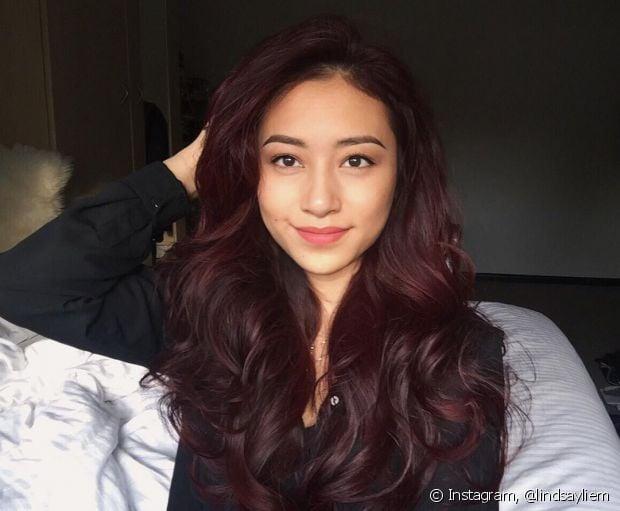 O cabelo vermelho borgonha é um tom mais fechado e combina com diferentes tipos de pele