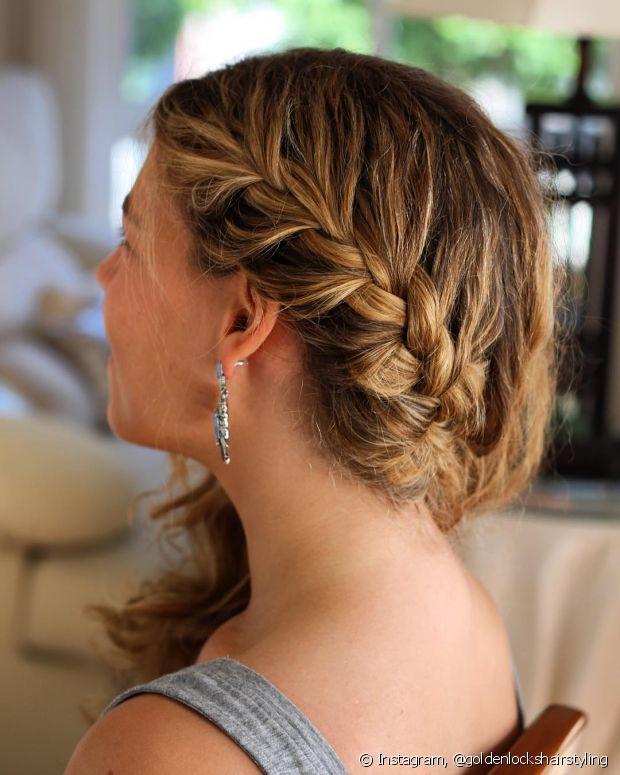 O cabelo solto e a trança lateral formam uma boa dupla