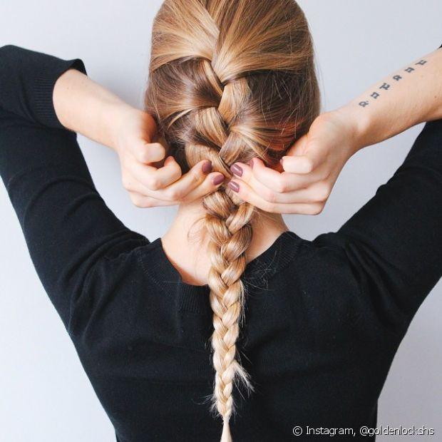 Faça a trança embutida tradicional quando o cabelo não estiver colaborando com você
