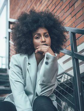 Cuidados com os cabelos crespos: saiba o que fazer para valorizar ainda mais os seus fios