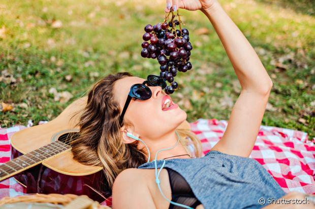 Além de deliciosa, a uva também é ótima para uma receita caseira de hidratação