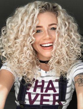 Camila Vieira ensina como ter o cabelo cacheado descolorido e saudável. Assista ao vídeo!