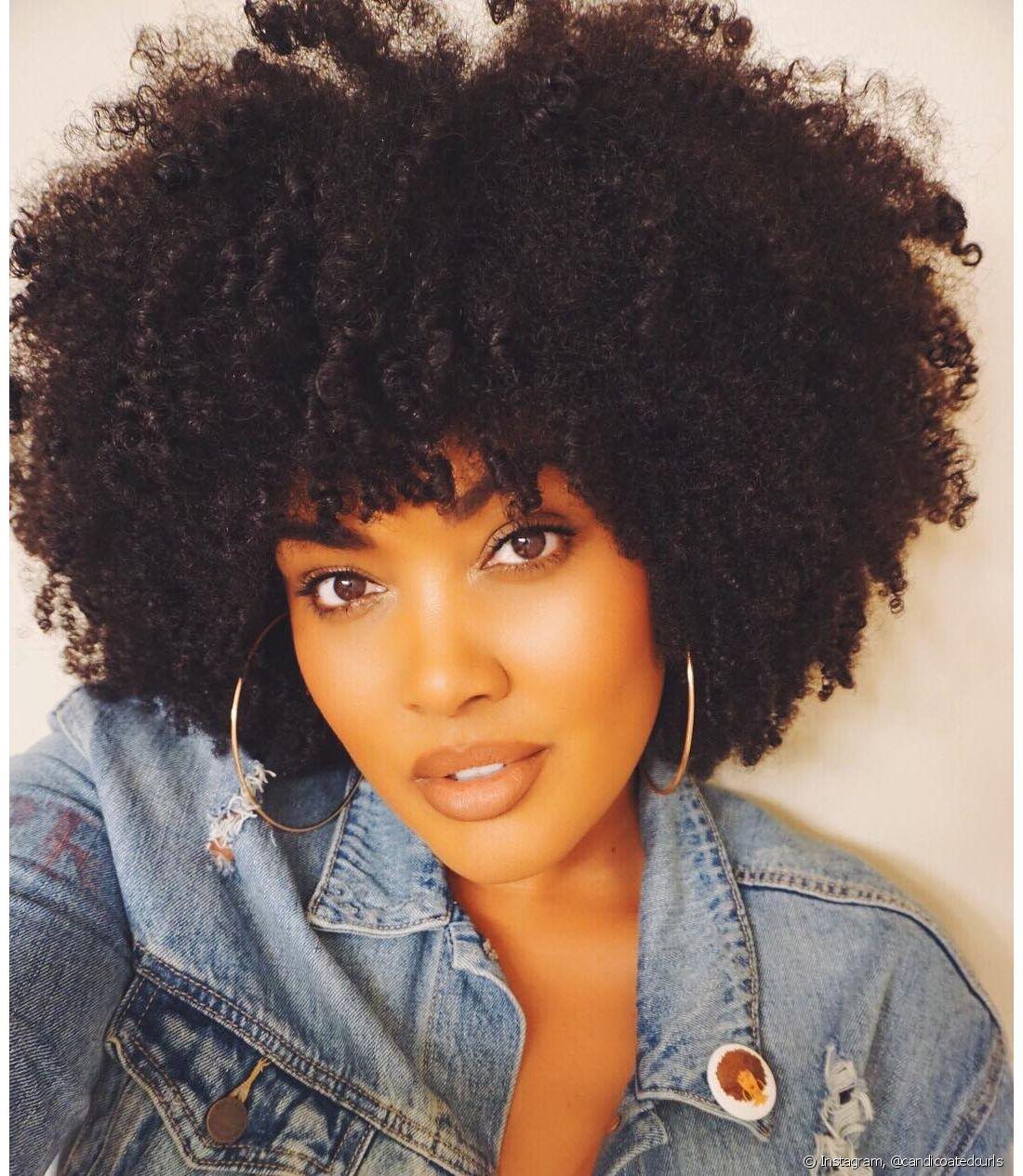 Entender a beleza do seu cabelo e da sua curvatura natural é essencial para se amar ainda mais. Com cachos ou não, seu cabelo crespo é lindo!