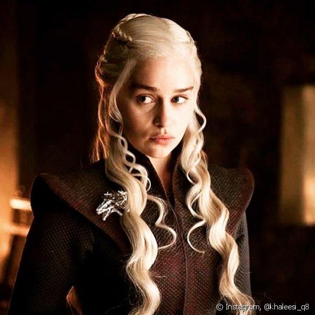 Uma das personagens mais amadas das séries, é Daenerys Targaryen (Emilia Clarke). Suas tranças e seus fios platinados são sua marca registrada