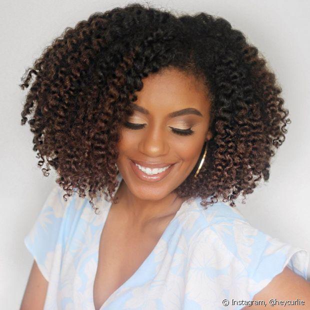 O óleo de coco hidrata o cabelo e ainda cuida da caspa