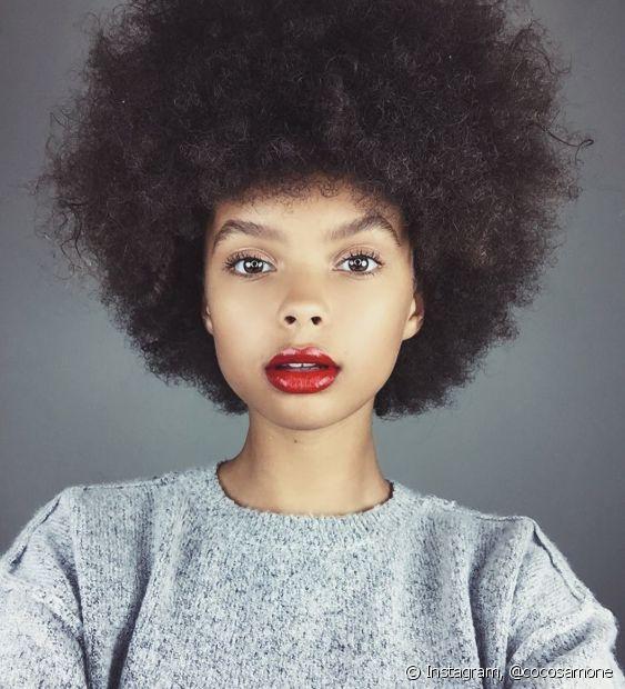 Vale a pena testar diferentes jeitos de secar o cabelo para ver o que funciona para o seu tipo de crespo
