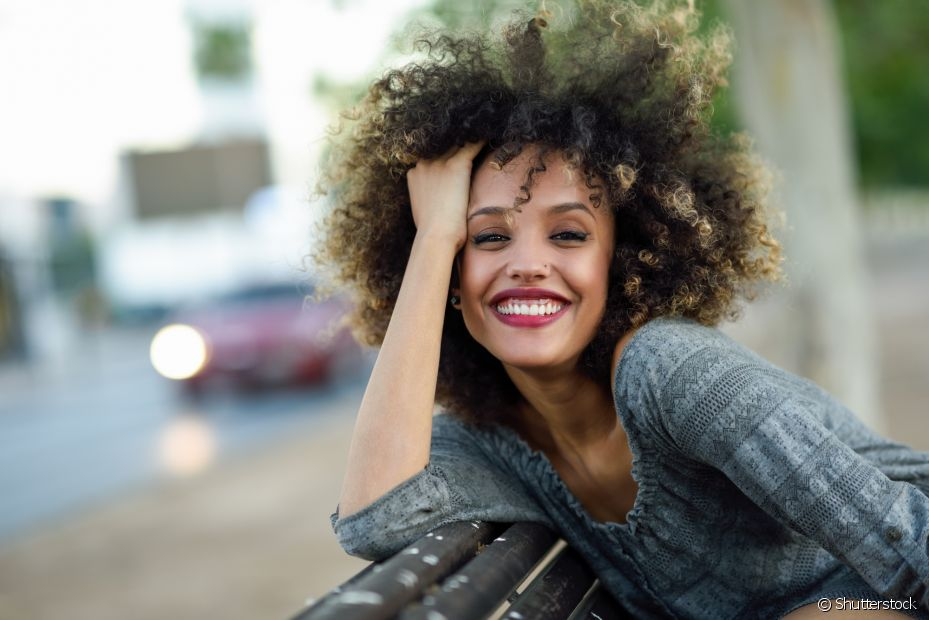 Proteja seu cabelo crespo dos danos das colorações com a cauterização a frio