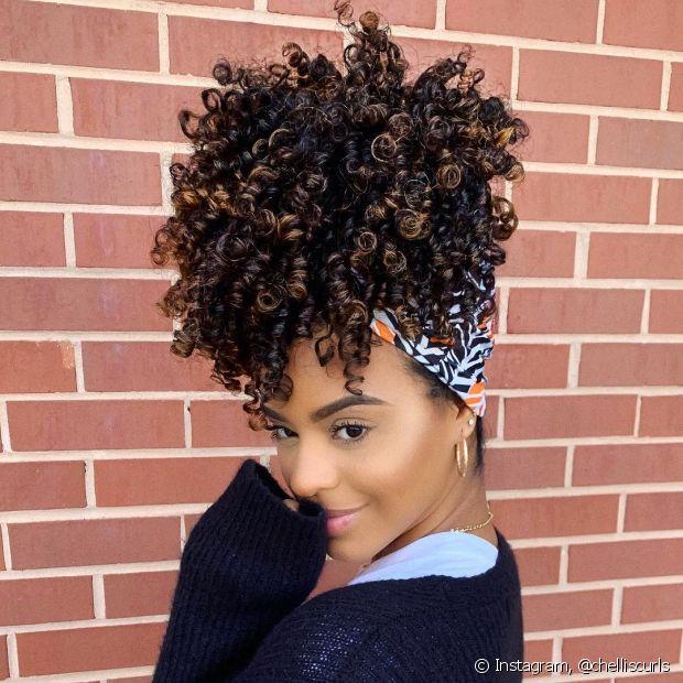 O bicarbonato de sódio também pode ser usado no cabelo! O ingrediente ajuda na limpeza dos cachos e garante um resultado mais soltinho e com movimento
