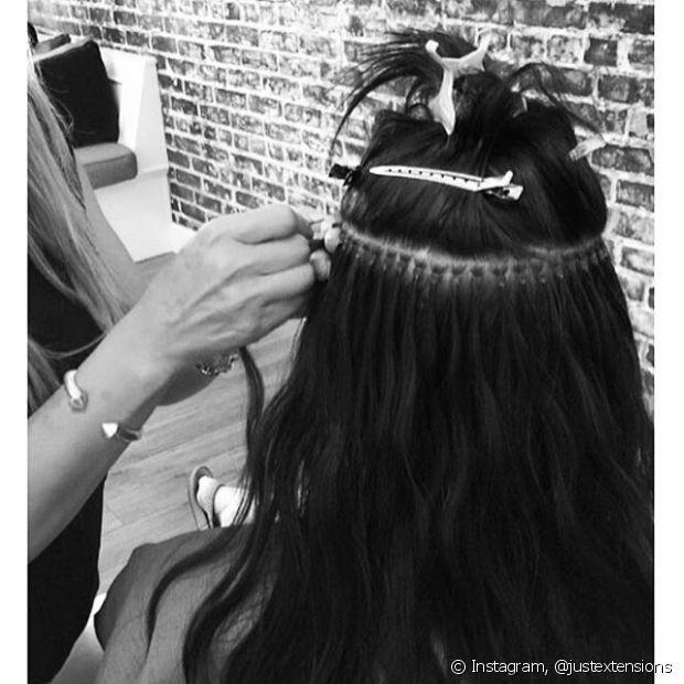 Ao invés de colar, algumas mechas da extensão são presas ao cabelo natural através de microanéis, usando uma agulha e alicate apropriados para fechá-los