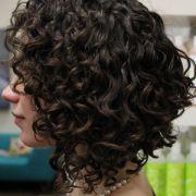 Como fazer fitagem em cabelos cacheados curtos? Confira um passo a passo completo para finalizar suas madeixas!