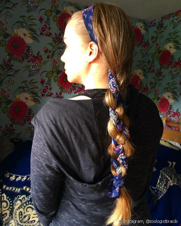 Amarre o lenço em volta da cabeça para usá-lo como faixa e na trança
