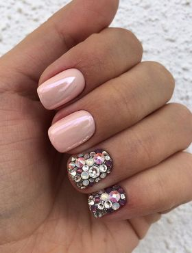 Esmalte nude com nail art: inspirações de unhas decoradas com a cor