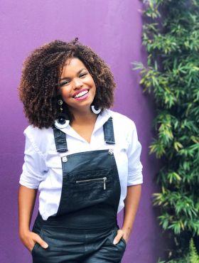 Jeniffer Nascimento dá dicas de como conquistar o volume perfeito no cabelo crespo. Assista ao vídeo!