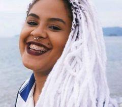 """Depois de sair da casa dos pais e buscar muita informação na internet, a youtuber criou um canal para compartilhar dicas sobre cabelo. Ficou conhecida como """"a menina do cabelo branco"""", por causa das tranças"""
