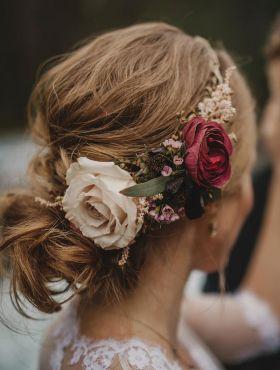 Penteados para noivas com flores naturais: veja inspirações de modelos para o casamento