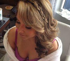 Os cabelos soltos ficam ainda mais valorizados com a tiara de trança